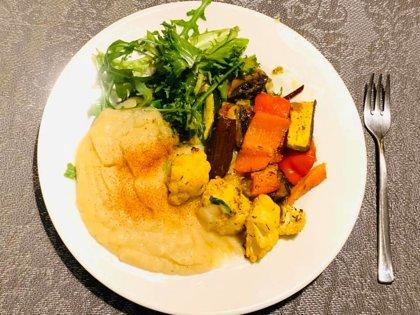Овощи гриль, пюре из сельдерея, свежие зелень с песто